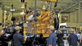 FIRST OF ITS KIND: Workers at Kenworth's Chillicothe assembly plant build the first Kenworth T660, equipped with a Cat C15 engine.