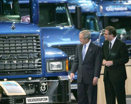 Volvo CEO Leif Johansson guides US President George Bush through the company's exhibit.