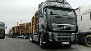 Editor James Menzies drove this FH16 750 timber truck. The 750 is currently in pre-production, but is unlikely to be introduced in North America.