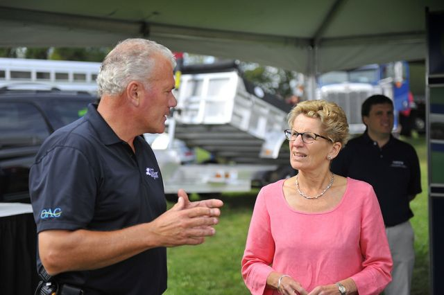 COFS manager of renewable energy development Murray Logan talks to Premier Kathleen Wynne about CNG technology.
