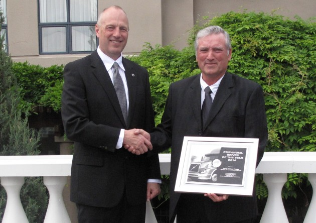 David Pringle (left) accepts an award from Terry Warkentin of Volvo Trucks (right)